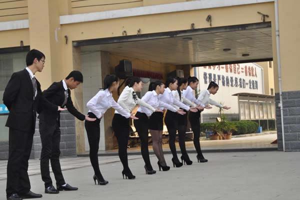 酒店管理学员在进行体态练习