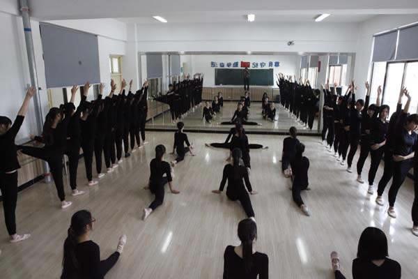 幼师专业学生练习跳舞