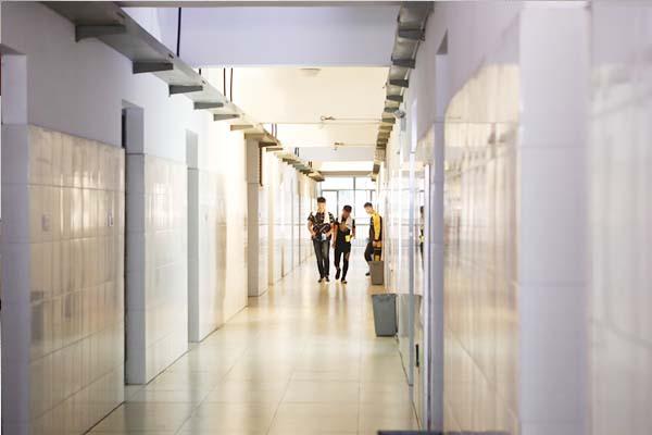 干净整洁的学生宿舍走廊